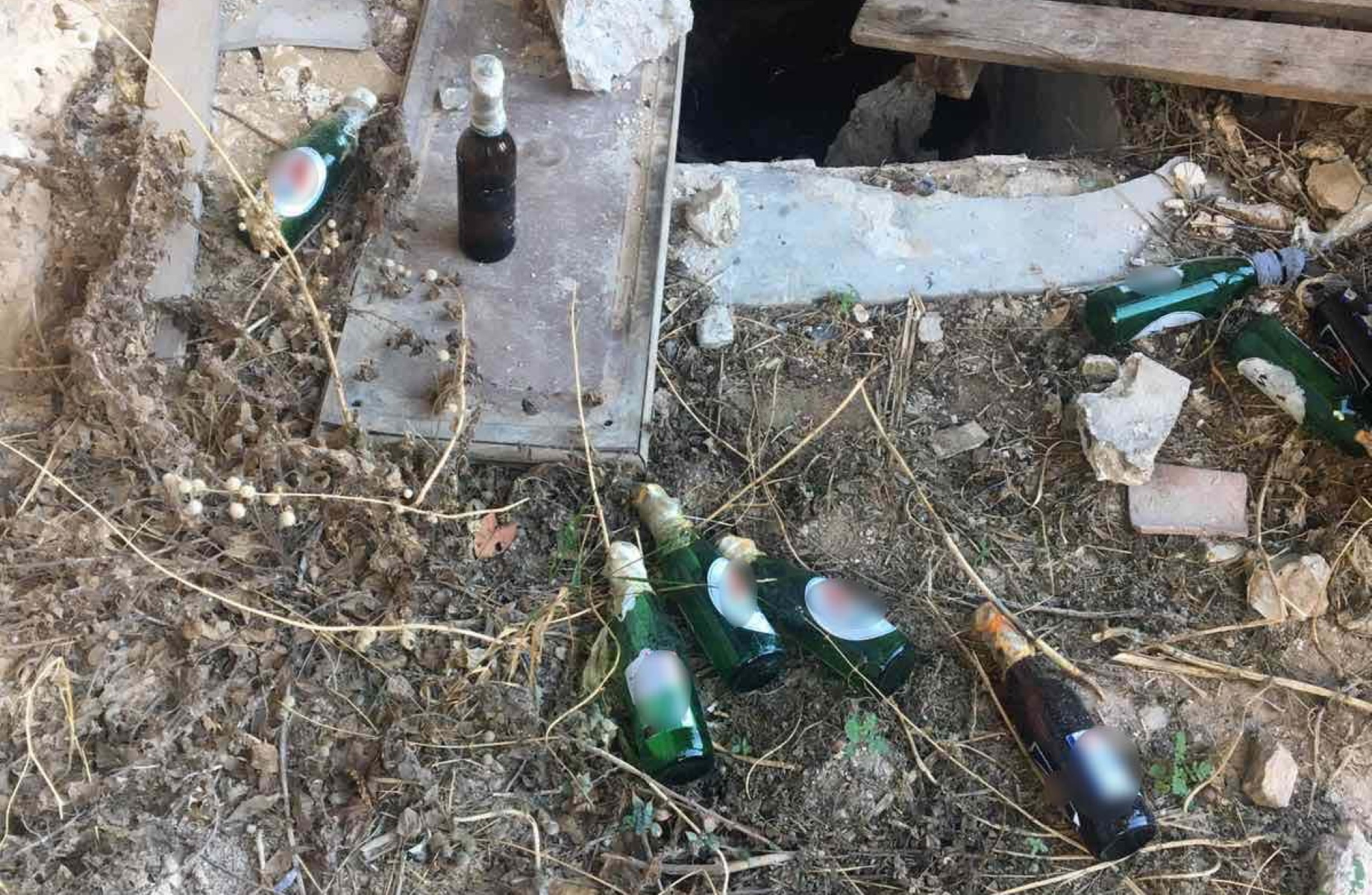 Εντοπίστηκαν 20 βόμβες μολότοφ σε εγκαταλελειμμένο κτίριο στα Εξάρχεια (pics)