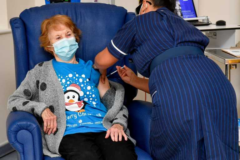 Η Μάργκαρετ Κίναν ο πρώτος άνθρωπος που εμβολιάστηκε με την δεύτερη δόση