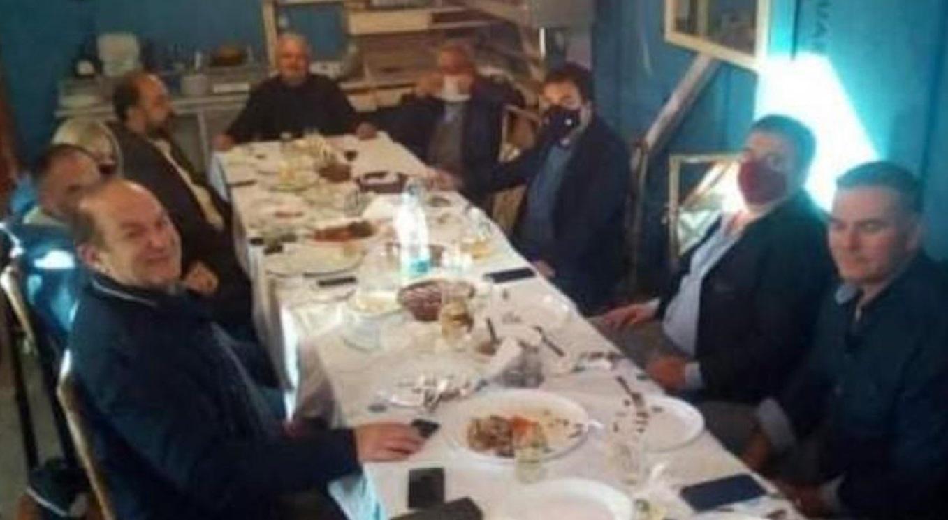 Κορονοϊός: Χαμός με το τραπέζωμα Δημάρχου χωρίς μάσκες