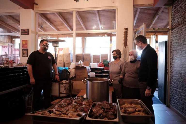 Ο Μητσοτάκης έβαλε το χέρι στην τσέπη – Πως στήριξε τον εστιάτορα που μοιράζει φαγητό στους άπορους (pics)