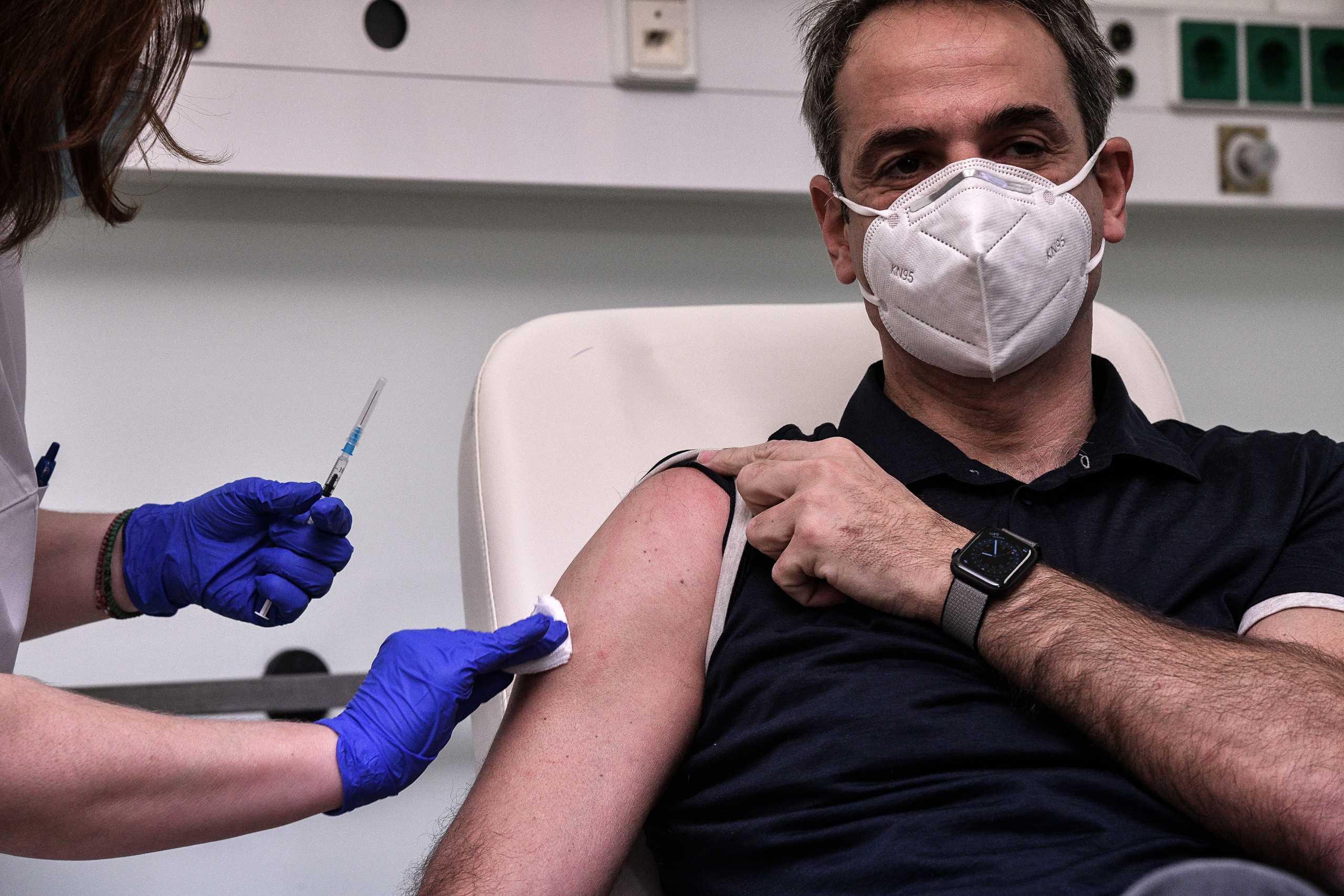 Εμβόλιο κορονοϊού: Νοσηλεύτρια απαντά στις θεωρίες συνωμοσίας για τον «ορό στο φιαλίδιο»