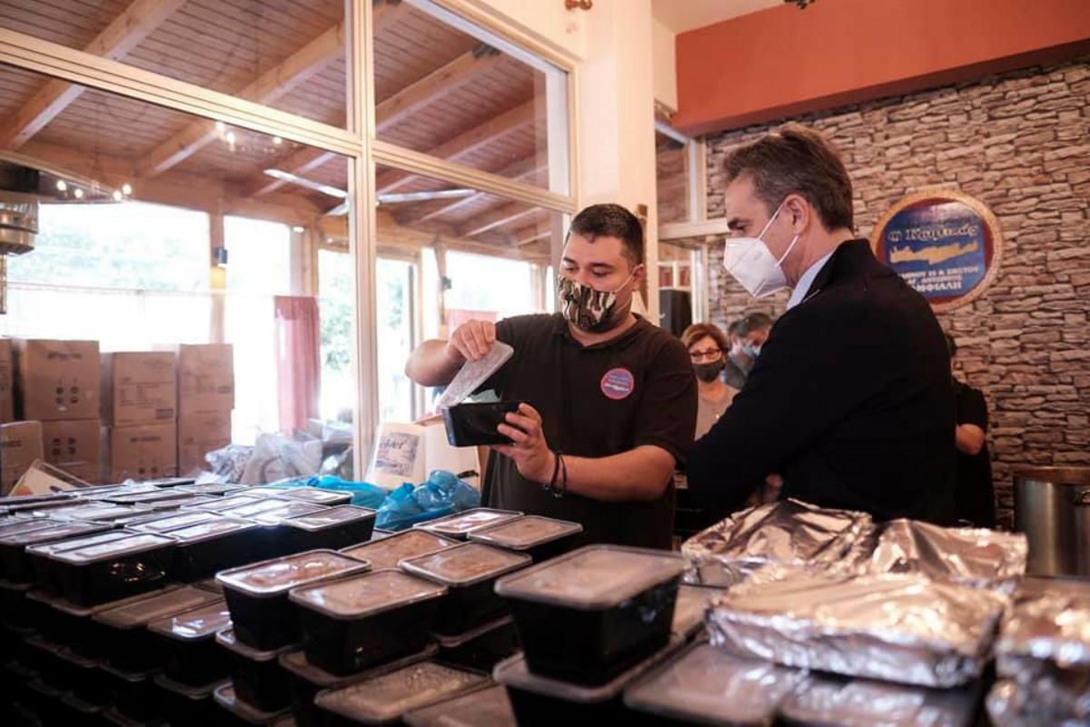 O Μητσοτάκης μοίρασε φαγητό σε ανθρώπους που έχουν ανάγκη στο Κερατσίνι (pics)
