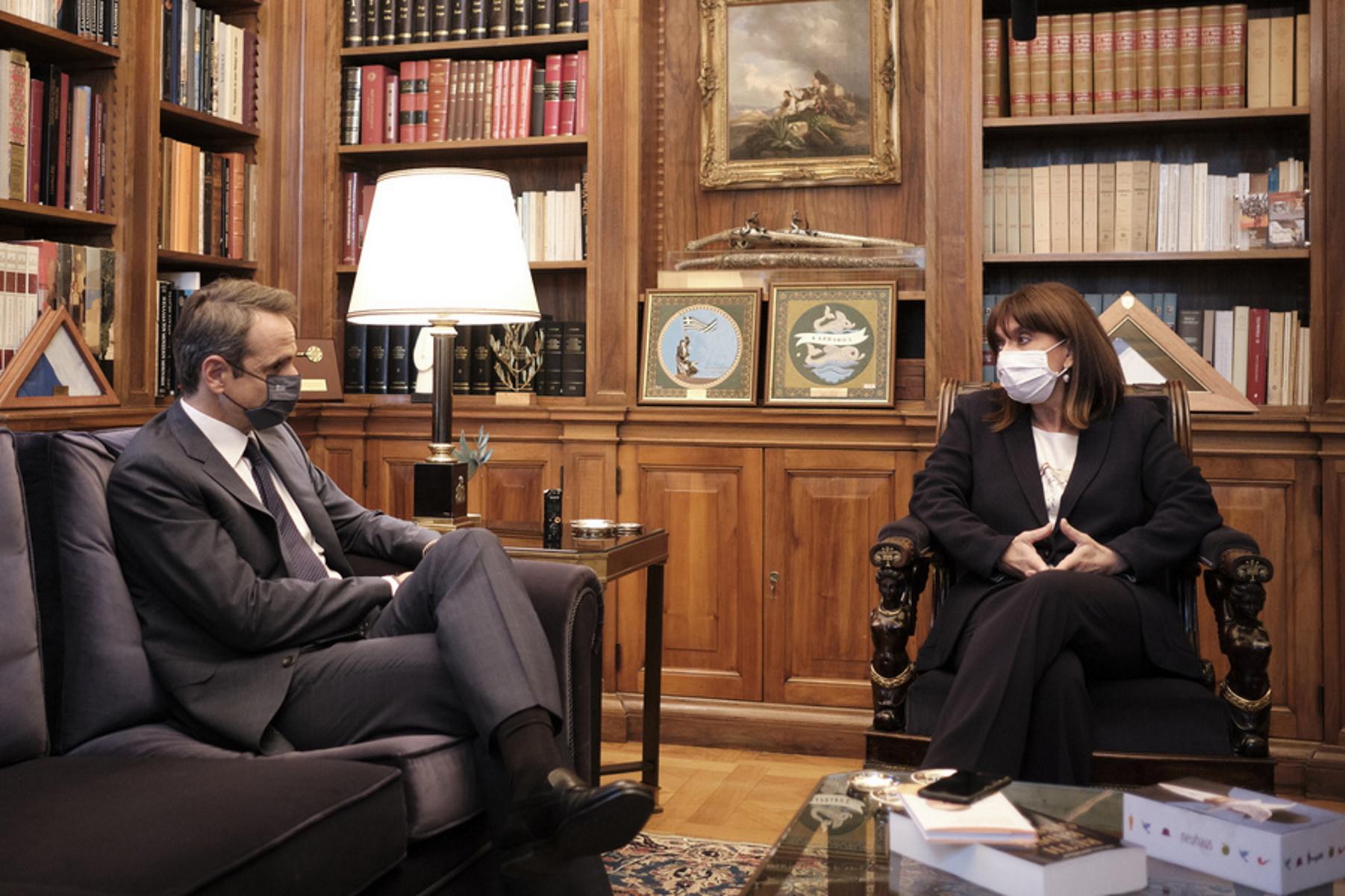 Μητσοτάκης σε Σακελλαροπούλου: Καλώς εχόντων των πραγμάτων θα εμβολιαστώ στις 27 Δεκεμβρίου