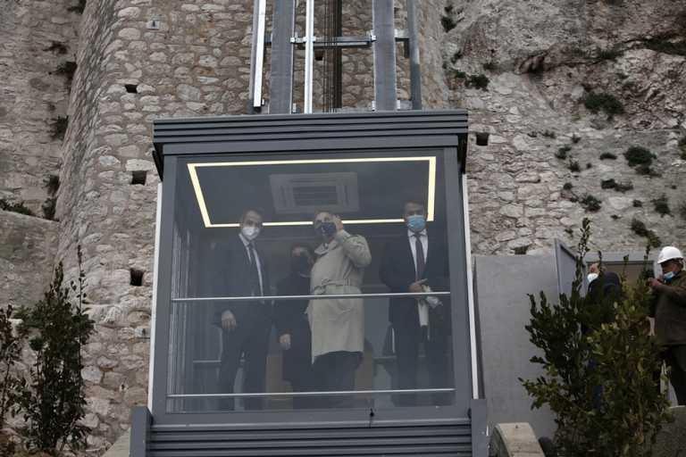 Ο πρωθυπουργός εγκαινίασε και μπήκε πρώτος στον ανελκυστήρα πλαγιάς στην Ακρόπολη