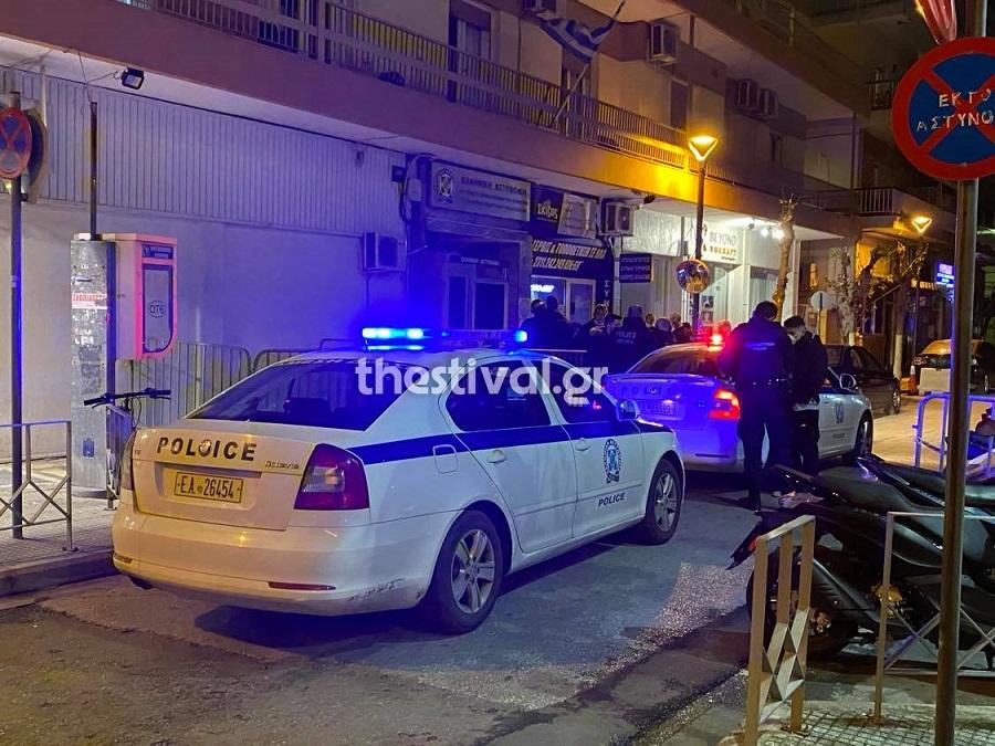 Θεσσαλονίκη: Μολότοφ και προσαγωγές σε αστυνομικό τμήμα! Οι πρώτες εικόνες μετά την επίθεση (Βίντεο)