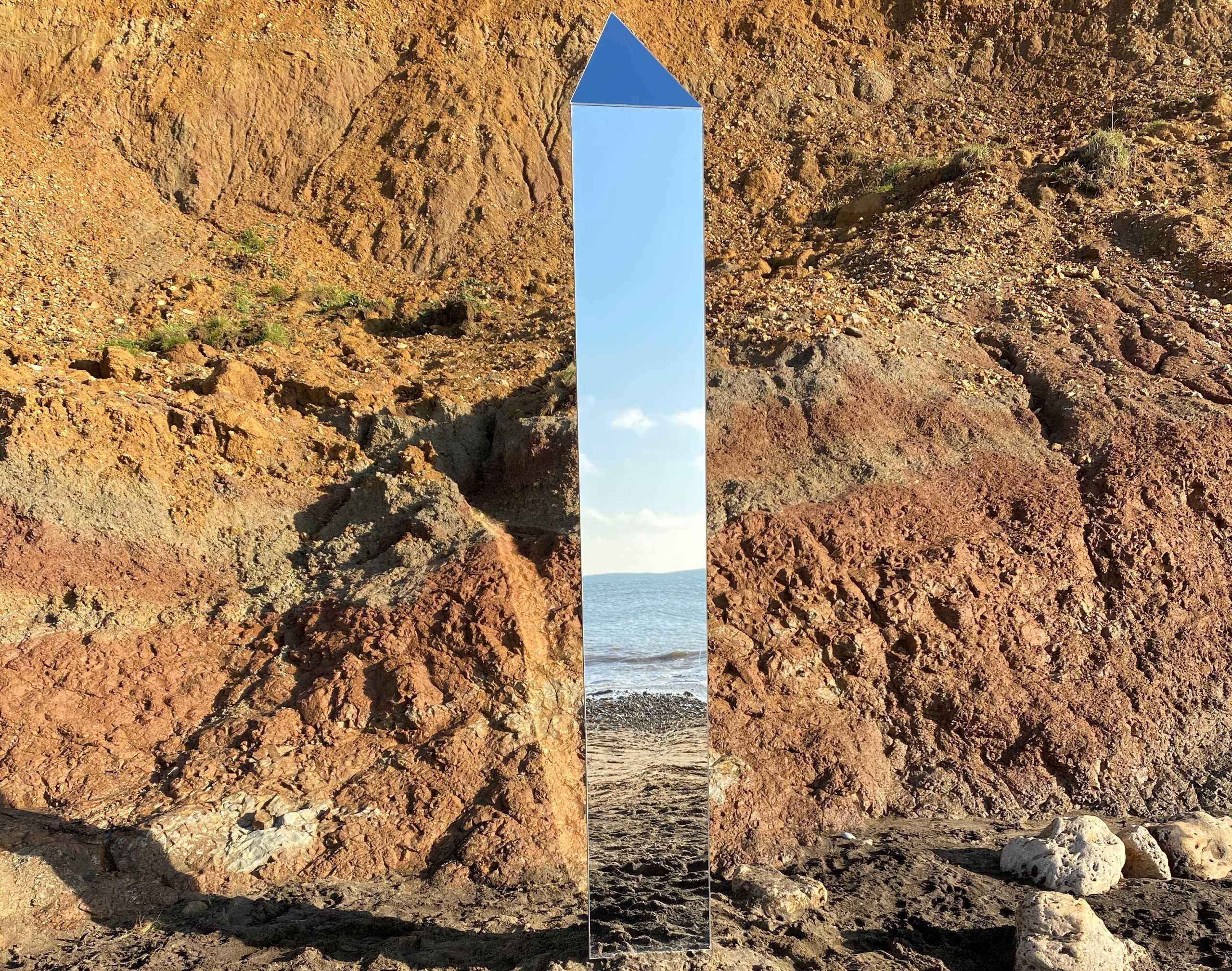 Μονόλιθοι εμφανίζονται ο ένας μετά τον άλλον δε όλο τον κόσμο (pics, video)
