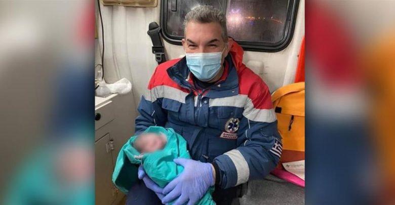 Καρδίτσα: Γεννήθηκε στο ασθενοφόρο! Η φωτογραφία που πλαισιώνει την πιο ευχάριστη είδηση της ημέρας