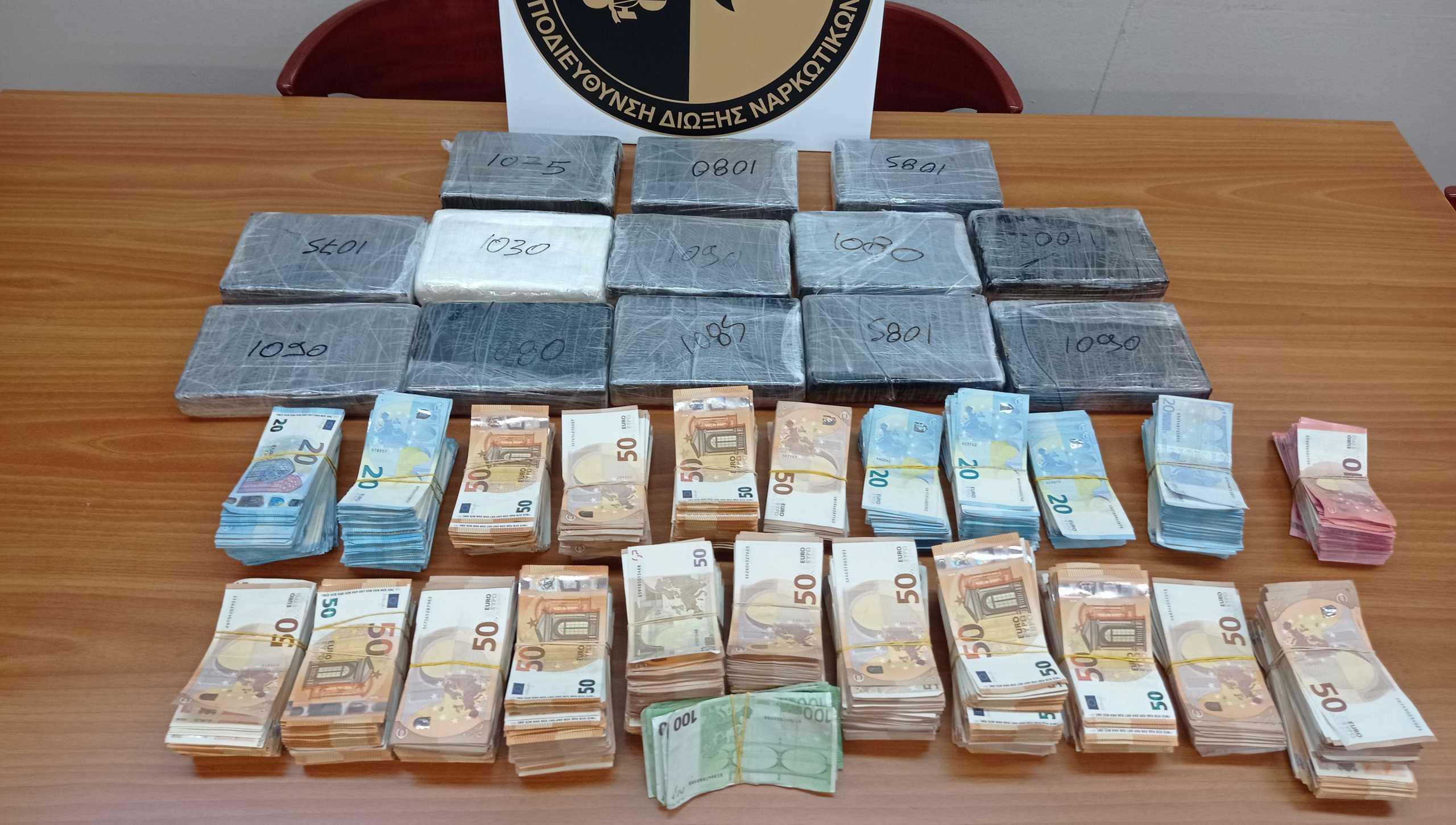 «Τσάκωσαν» οδηγό φορτηγού με 14 κιλά κοκαΐνη και εκατοντάδες χιλιάδες ευρώ (pics, video)