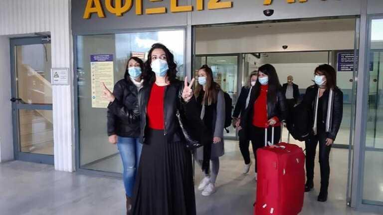 Κορονοϊός: Με το σήμα της νίκης επέστρεψαν στην Κρήτη οι νοσηλεύτριες που είχαν πάει να βοηθήσουν στη Θεσσαλονίκη