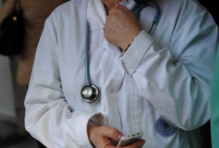 Διπλό ημερομίσθιο σε γιατρούς και νοσηλευτές που μετακινούνται σε άλλη περιφέρεια – Κατατέθηκε τροπολογία