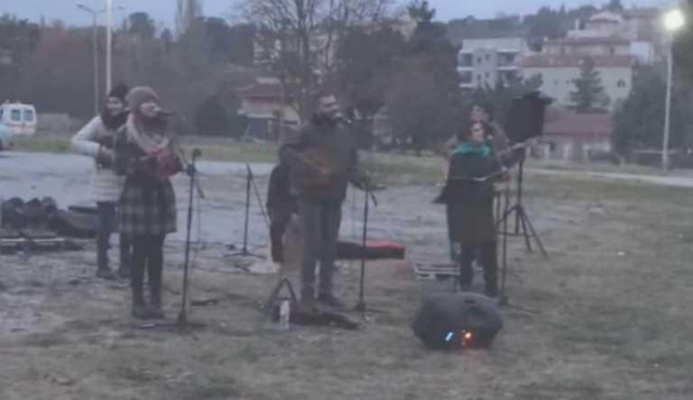 """Μάξιμος Αγγελίδης: Ο πνευμονολόγος που διοργάνωσε τη… συναυλία στο """"Παπανικολάου"""" μίλησε στο """"Live News"""""""