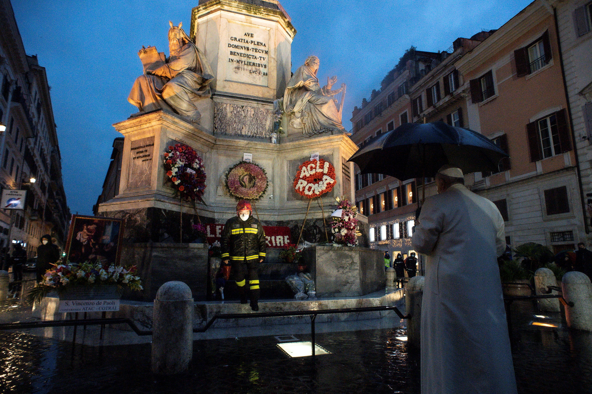 Ο Πάπας πήγε αξημέρωτα και μόνος στην Πιάτσα Ντι Σπάνια (pics)