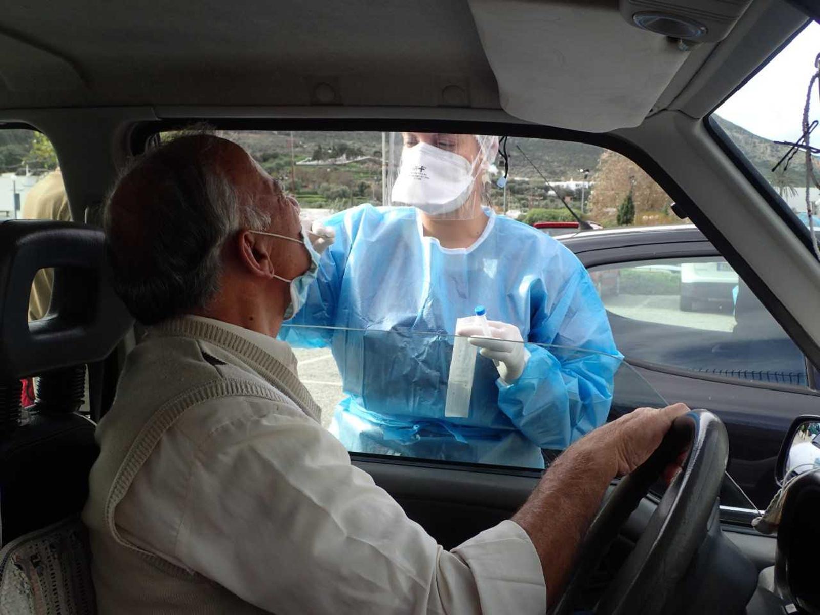 Δήμος Αθηναίων: Rapid test στο αυτοκίνητο στη συμβολή των οδών Πειραιώς και Ερμού