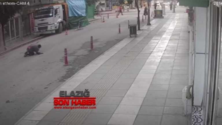 Εικόνες – σοκ από τον σεισμό στην Τουρκία: Έπεσε από παράθυρο για να σωθεί (vid)