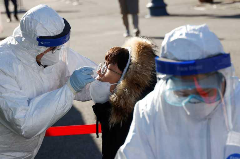 Ρεκόρ ημερήσιων θανάτων στη Νότια Κορέα – Επιταχύνεται ο εμβολιασμός, αναστέλλονται πτήσεις