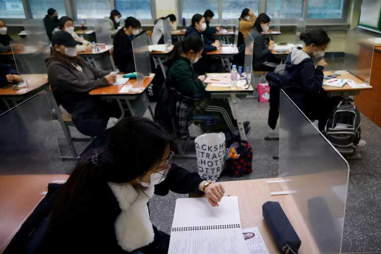 Νότια Κορέα – Κορονοϊός: Πίσω από πλαστικά χωρίσματα μισό εκατ. μαθητές δίνουν εξετάσεις εισαγωγής στα ΑΕΙ (pics)