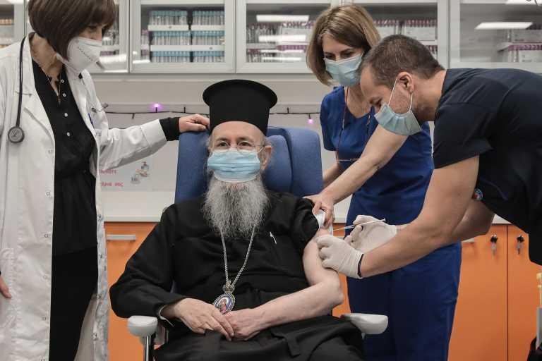 Ο… Θεούλης εμβολίασε τον Μητροπολίτη Ναυπάκτου για τον κορονοϊό