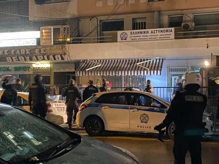 Θεσσαλονίκη: Νεαρός χαρακώθηκε με ξυράφι έξω από αστυνομικό τμήμα – Προσοχή σκληρές εικόνες (video)