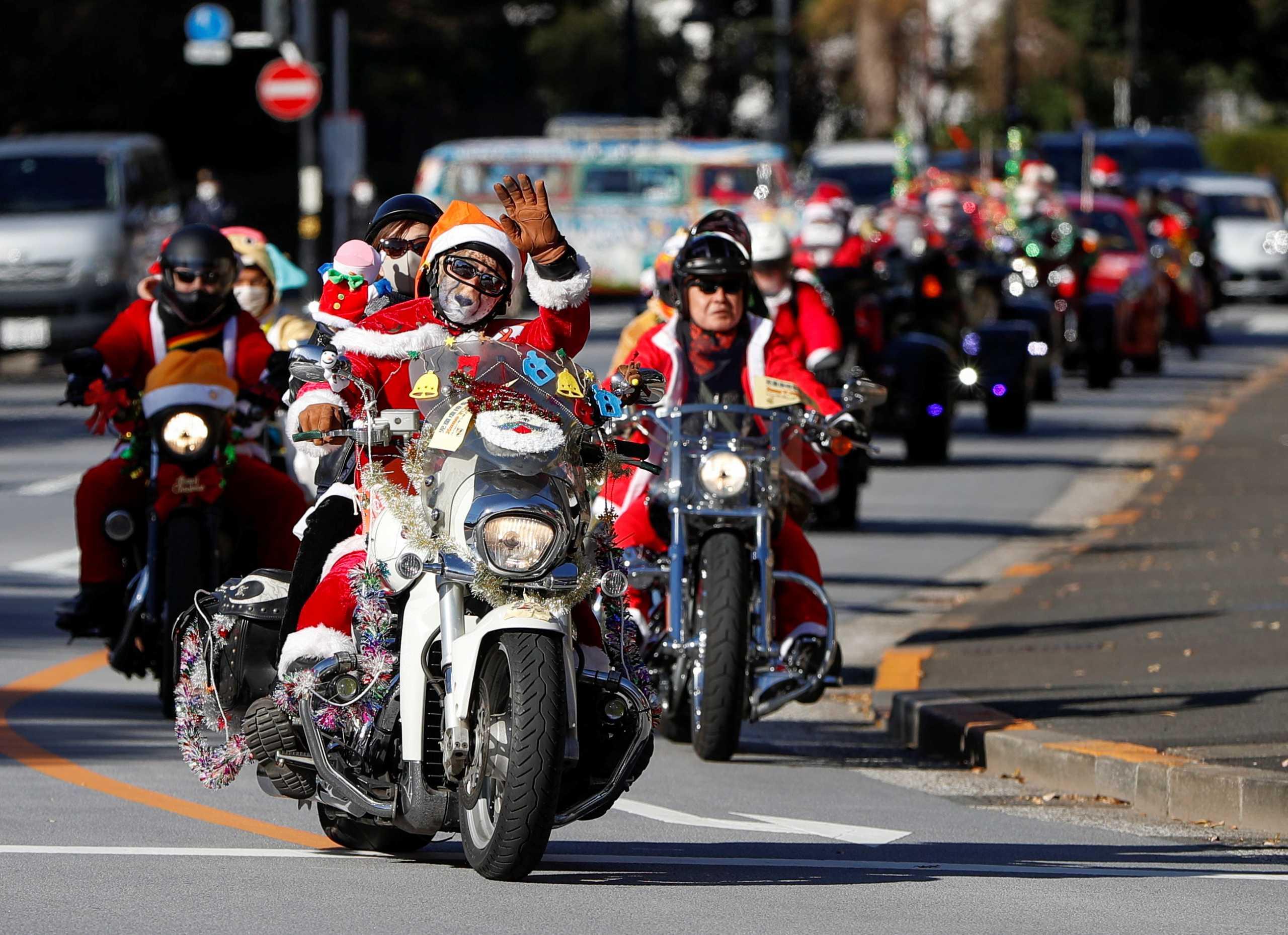 Οι δρόμοι του Τόκιο γέμισαν με μηχανόβιους Άγιους Βασίληδες (pics)