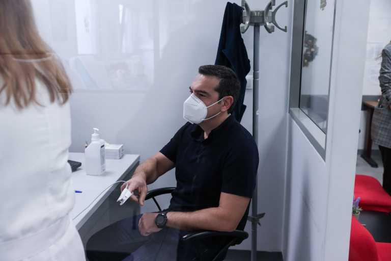Τσίπρας: «Επιτελικό ρουσφέτι» οι «ουρές» υπουργών και γενικών γραμματέων για να εμβολιαστούν