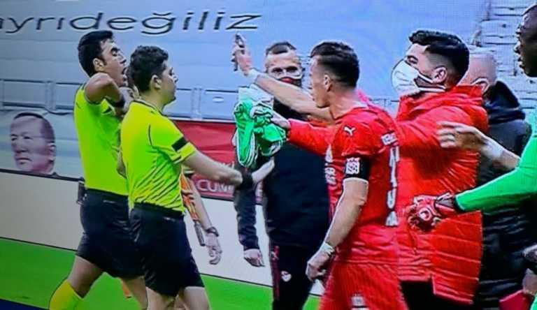 Απίστευτο περιστατικό στην Τουρκία με παίκτη να αποβάλλεται γιατί έκανε VAR το κινητό του (video)