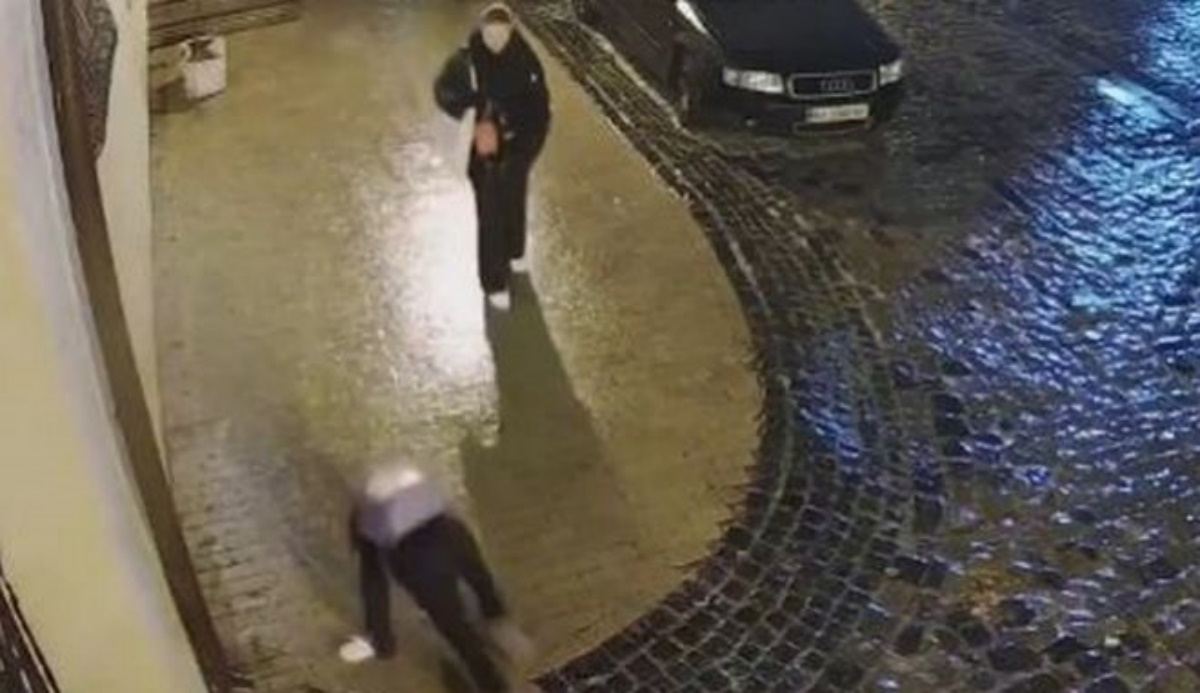 Βίντεο: Η σκληρή «μάχη» μιας γυναίκας να σταθεί όρθια σε παγωμένο πεζοδρόμιο