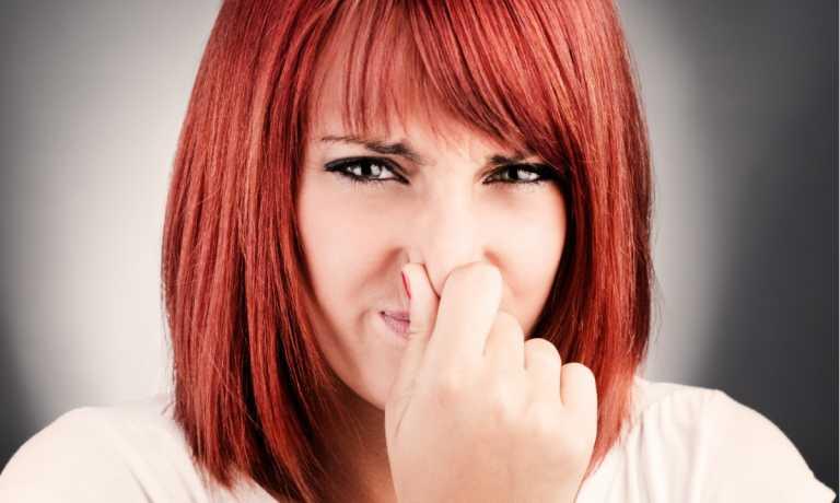 Κορονοϊός: Τι σημαίνει αν σας μυρίζει ψάρι, θείο, ή καμένο