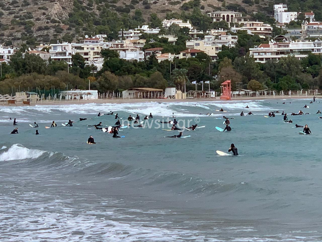 Μετακίνηση 6 και γέμισε η παραλία της Βουλιαγμένης! Όλοι για σερφ (pics, video)