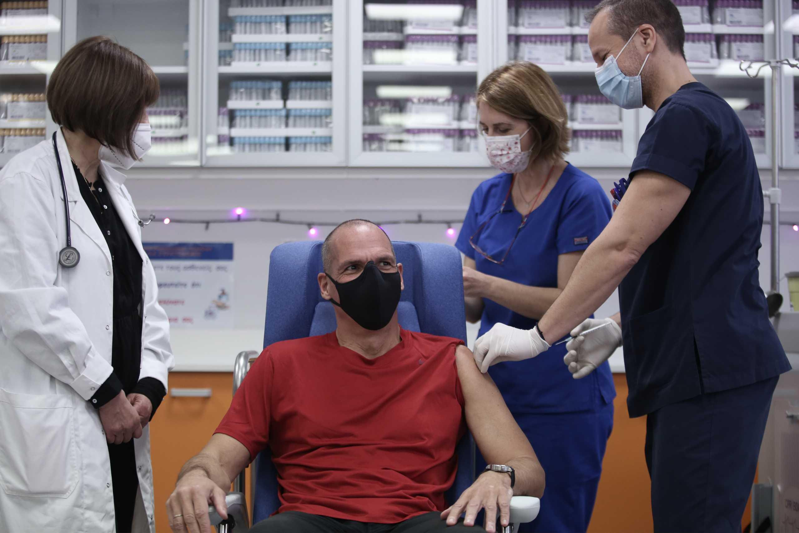 Κορονοϊός: Εμβολιάστηκε και ο Βαρουφάκης – «Το εμβόλιο είναι η ορθή ατομική επιλογή» (pics, vid)