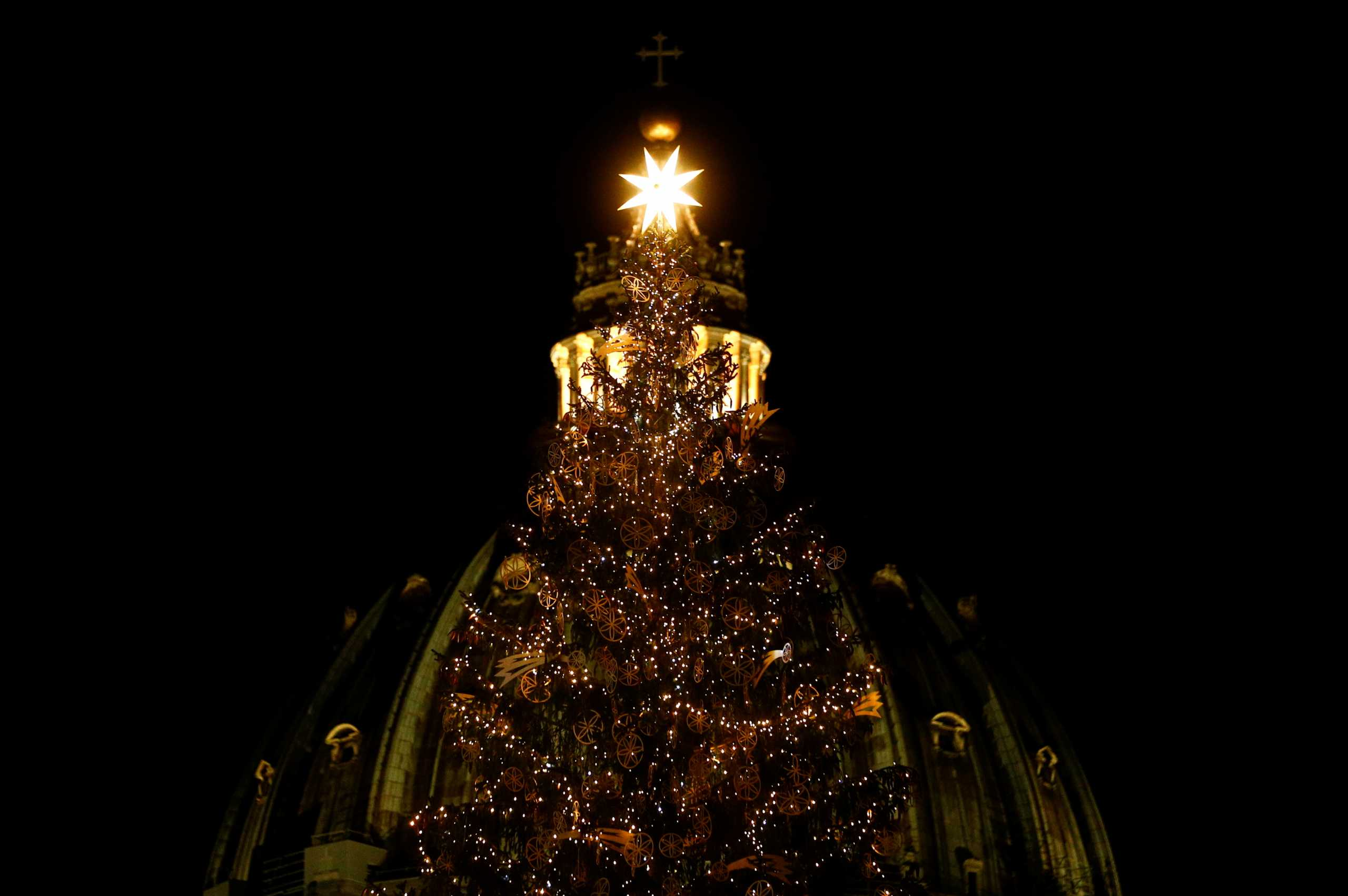 Εντυπωσιακές εικόνες στο Βατικανό: Φωτίστηκαν το χριστουγεννιάτικο δέντρο και η φάτνη (pics)