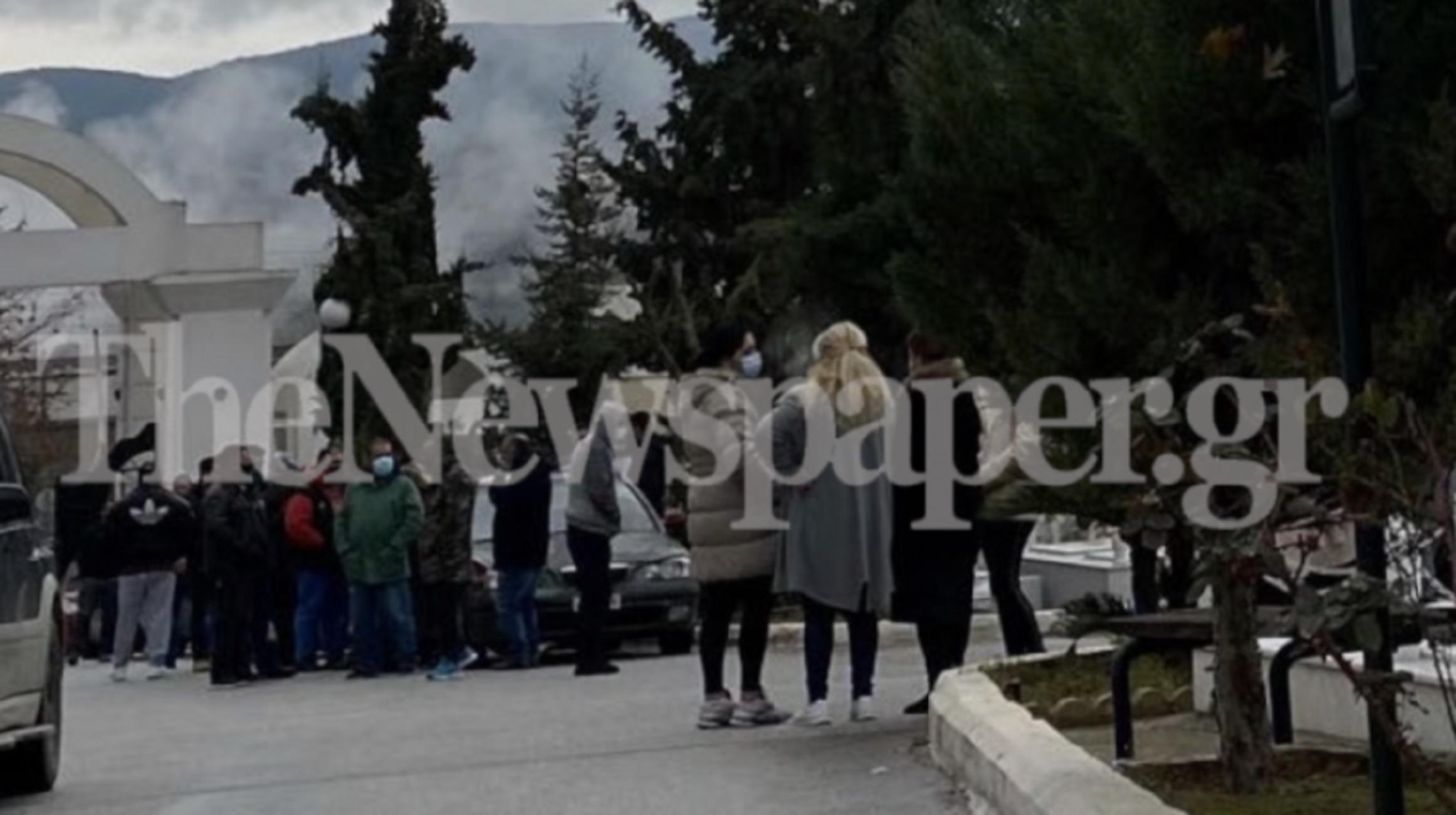 Βόλος: Απίστευτες εικόνες συνωστισμού σε κηδεία 45χρονου που πέθανε από κορονοϊό
