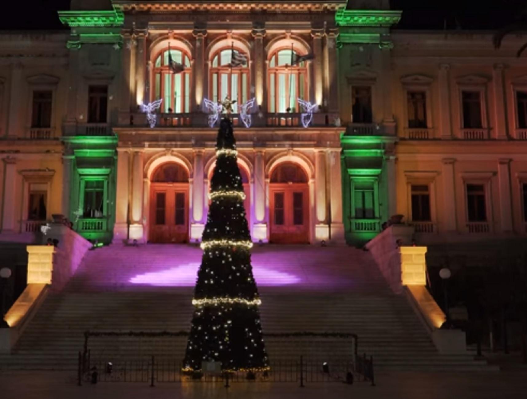 Σύρος: Λάμψη… μελαγχολίας! Δείτε πως άναψε φέτος το χριστουγεννιάτικο δέντρο στην Ερμούπολη (Βίντεο)