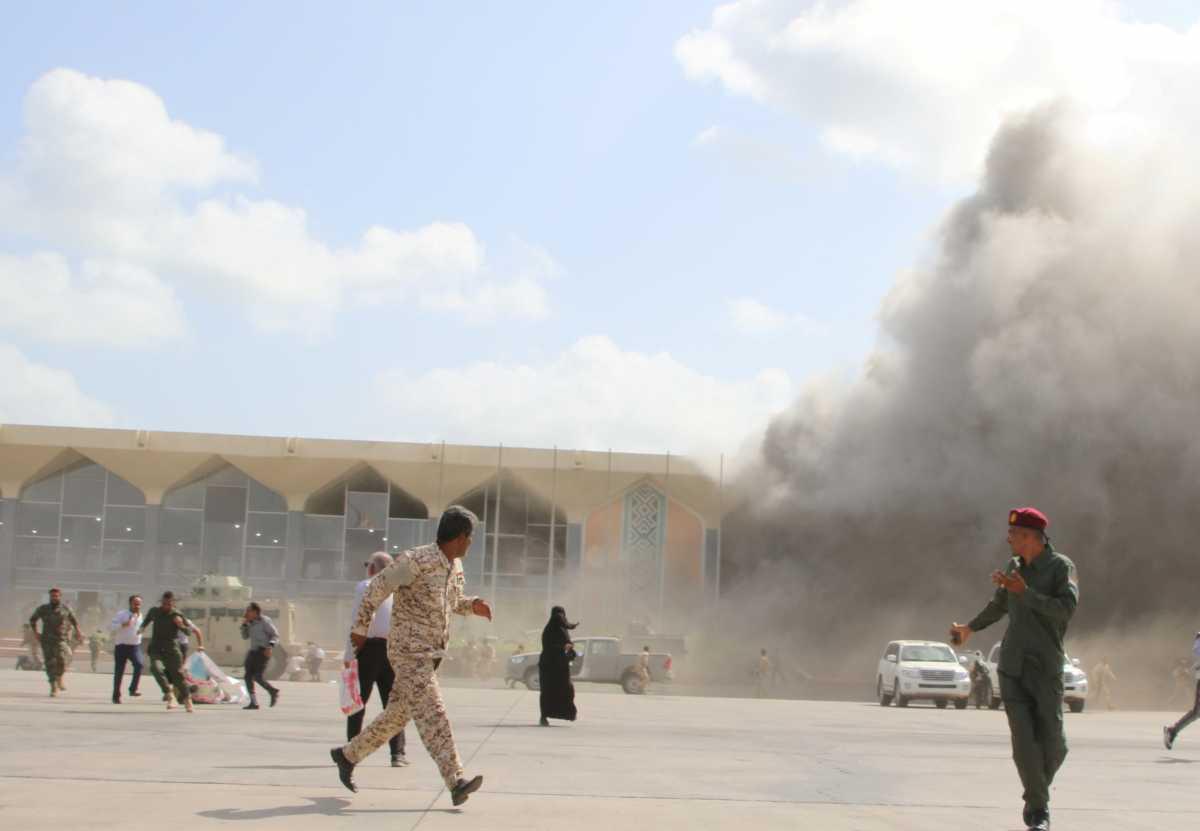 Υεμένη: 26 νεκροί και 50 τραυματίες από εκρήξεις και πυρά στο αεροδρόμιο του Άντεν