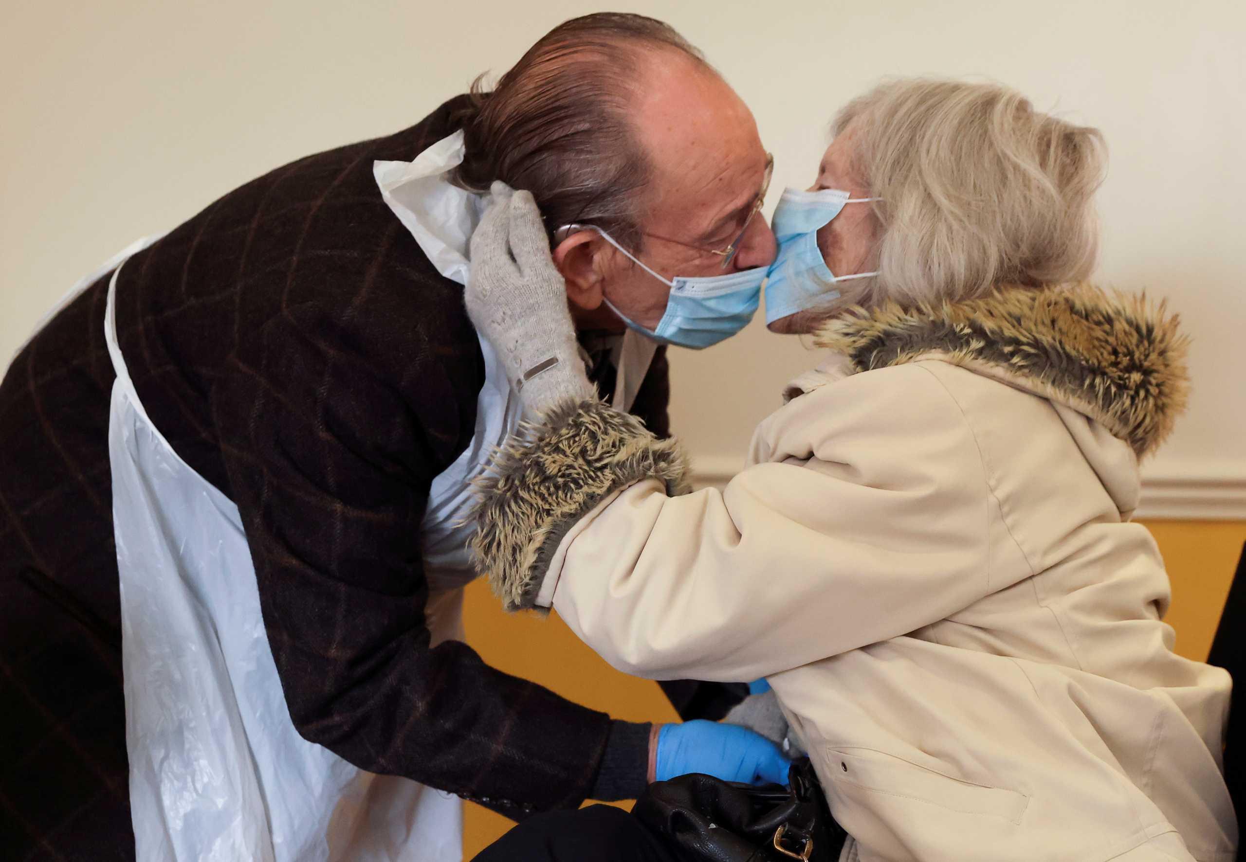 Ένα φιλί έστω και με μάσκα μετά από 270 μέρες!