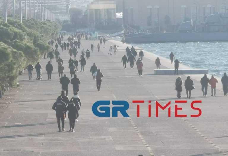 Θεσσαλονίκη: Βόλτα στην παραλία με αποστάσεις ασφαλείας – Έτσι πήραν γεύση από χειμώνα (pics)