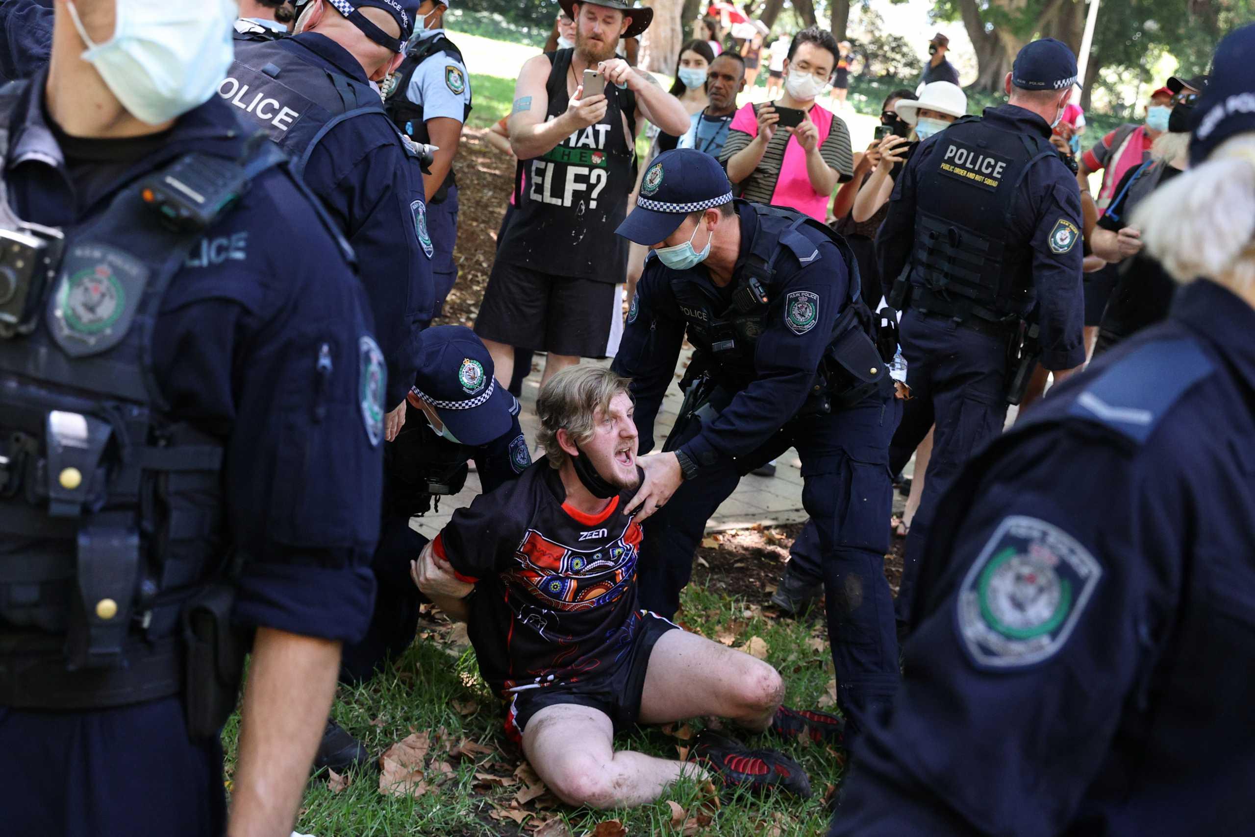 Αυστραλία: Συλλήψεις σε διαμαρτυρία για τους αυτόχθονες – Αγνόησαν τα μέτρα και κατέβηκαν στους δρόμους (pics, vid)
