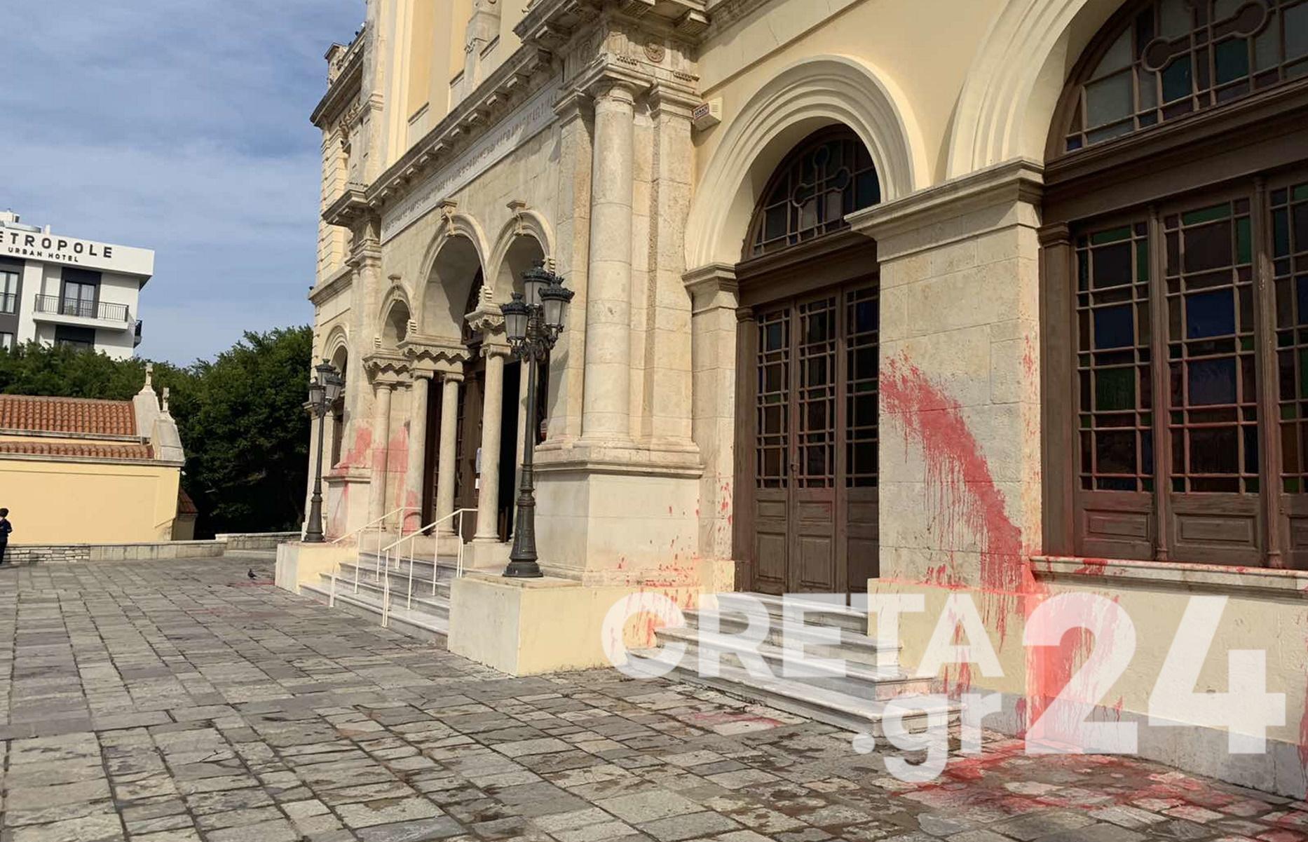 Ηράκλειο: «Οργή και αγανάκτηση» – Βανδάλισαν τη Μητρόπολη (pics)