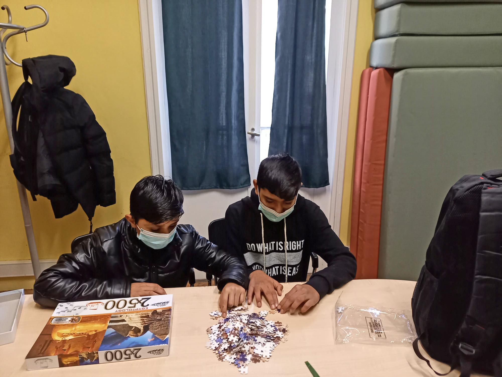 Θεσσαλονίκη: Η συγκλονιστική ιστορία πίσω από αυτή τη φωτογραφία με τα δύο ξαδέρφια – Άστεγα σε ένα παγωμένο δρόμο