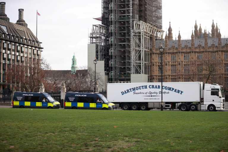 Βρετανία: Νταλίκες με θαλασσινά περικύκλωσαν την Ντάουνινγκ Στριτ – Το Brexit «σκοτώνει» την αλιεία (pics, vid)