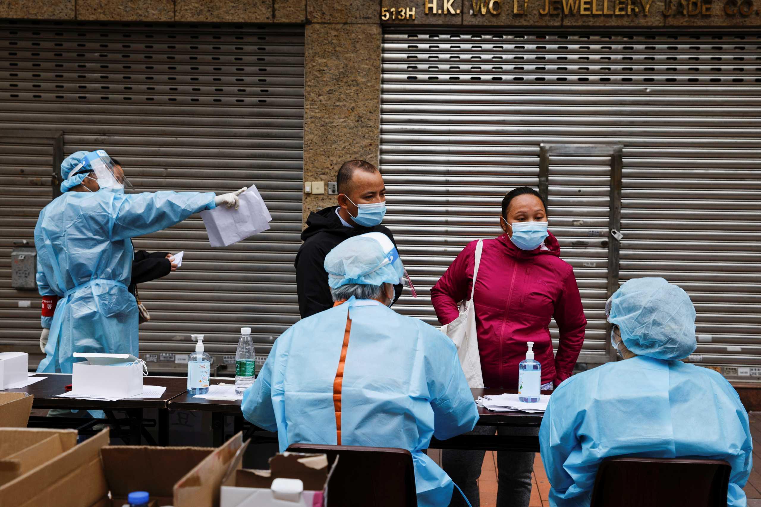 Ο κορονοϊός φέρνει για πρώτη φορά σκληρά μέτρα στο Χονγκ Κονγκ – Σε lockdown δεκάδες χιλιάδες πολίτες