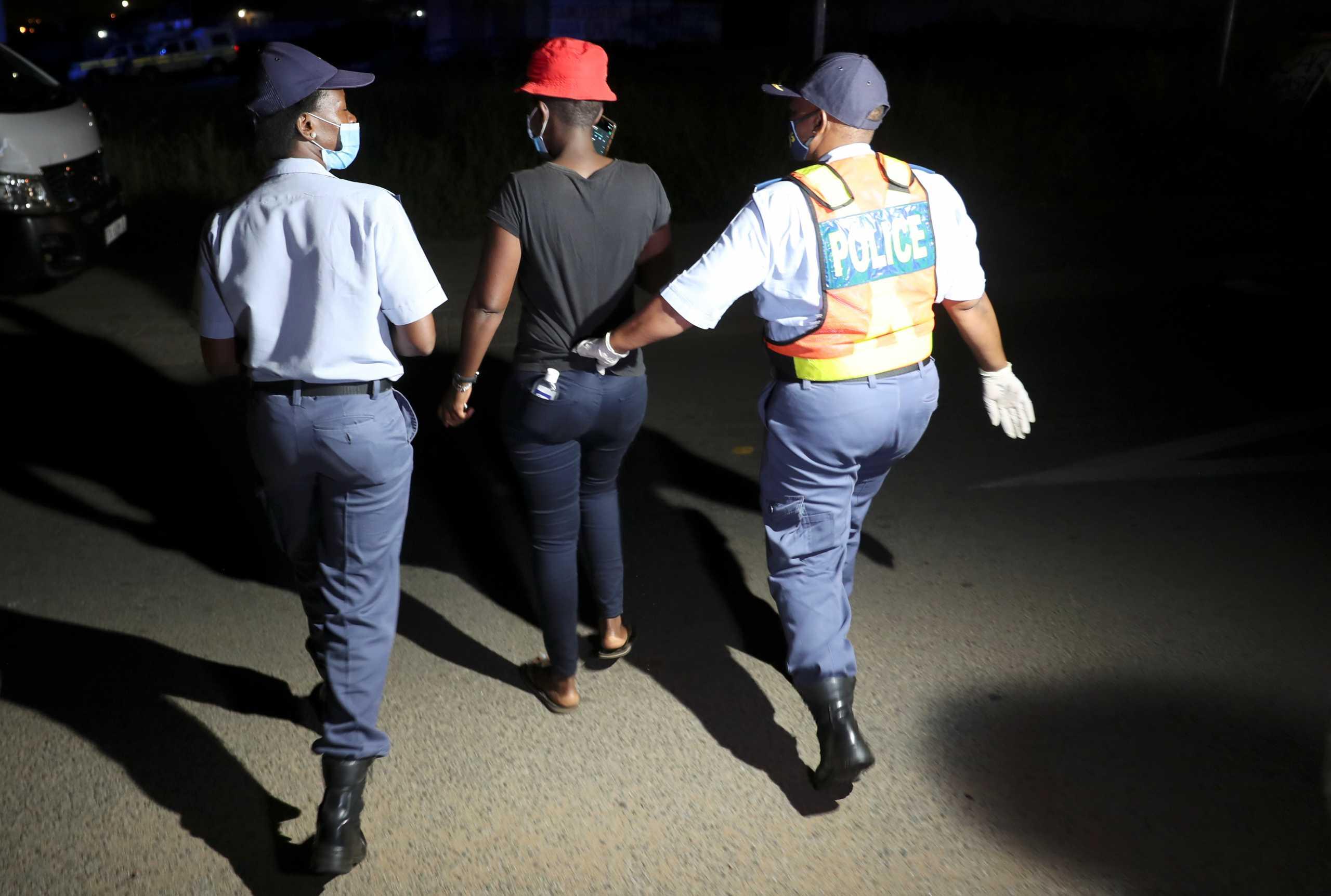 Kορονοϊός: Η αστυνομία στη Νότια Αφρική θα συλλαμβάνει όσους δεν φορούν μάσκα