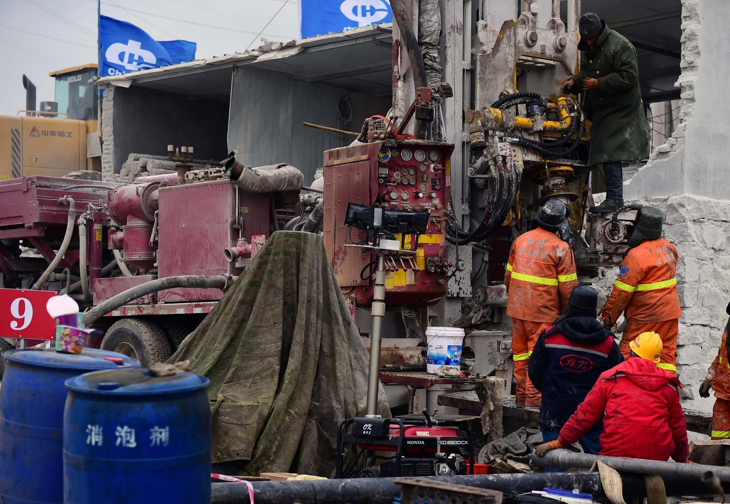 Κίνα: Εγκλωβισμένοι επί 11 ημέρες στο ορυχείο – Μάχη με τον χρόνο για τα σωστικά συνεργεία (pics, vid)