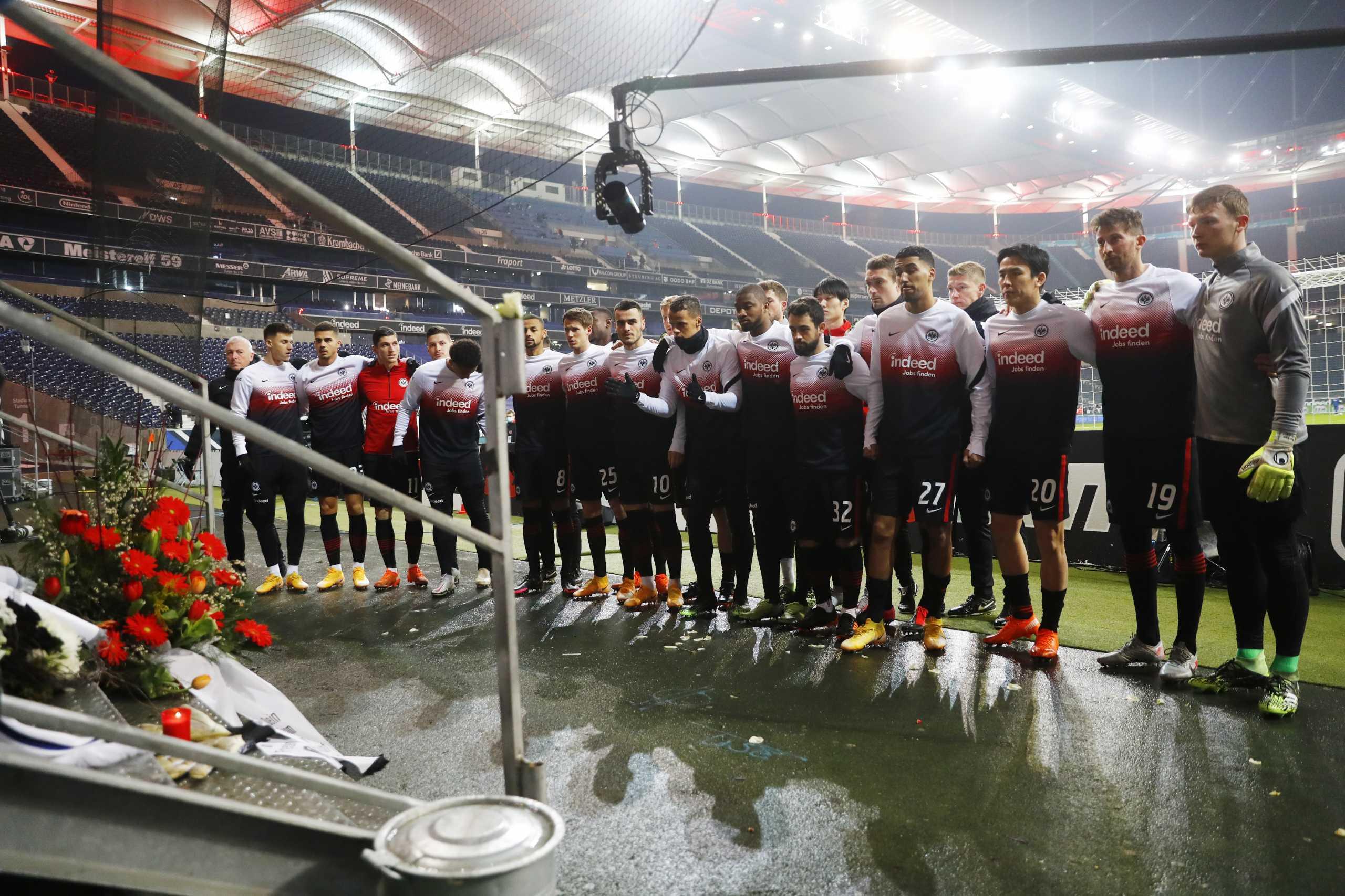 Συγκίνησαν οι παίκτες της Άιντραχτ Φρανκφούρτης για τον οπαδό τους (pics)