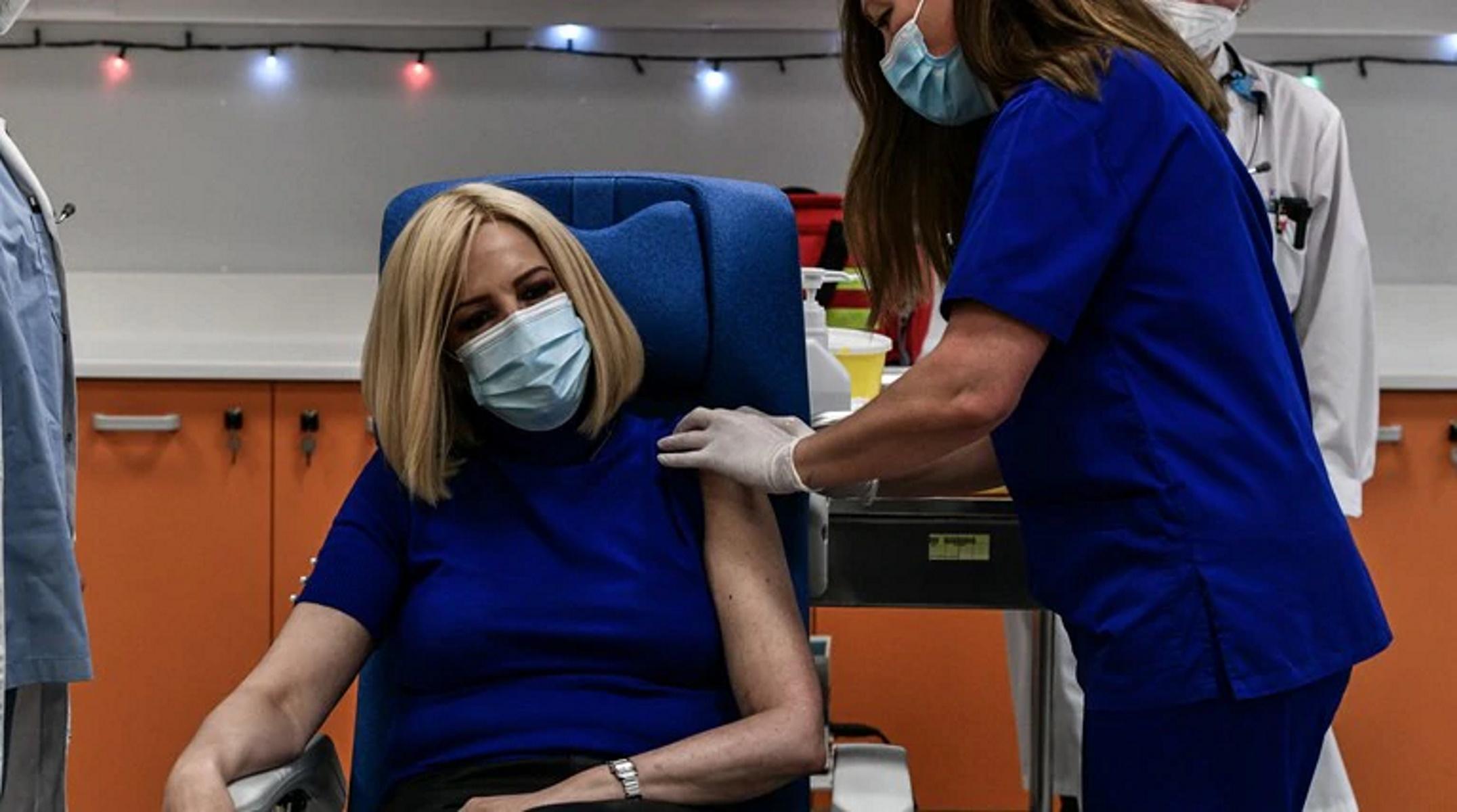 Κορονοϊός: Εμβολιάστηκε και η Φώφη Γεννηματά – «Επιστρέφει η ελπίδα»