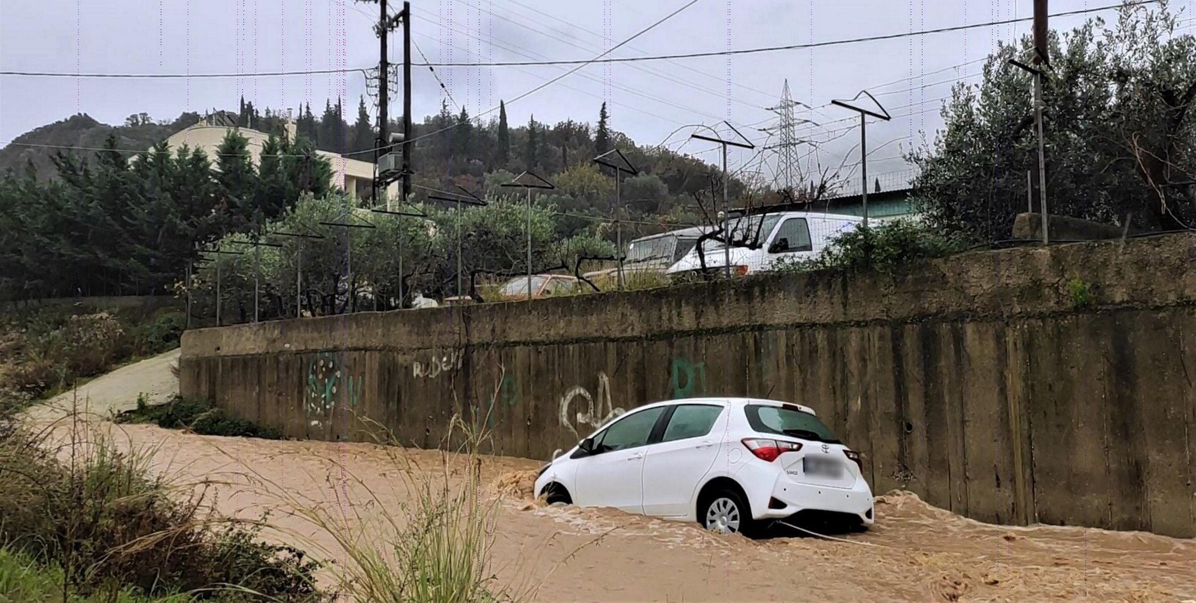 Ηγουμενίτσα: Οδηγός εγκλωβίστηκε στα ορμητικά νερά