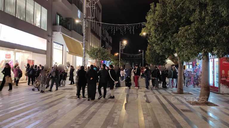 Ηράκλειο: Τεράστιες ουρές στα καταστήματα παρά το κρύο (pics)