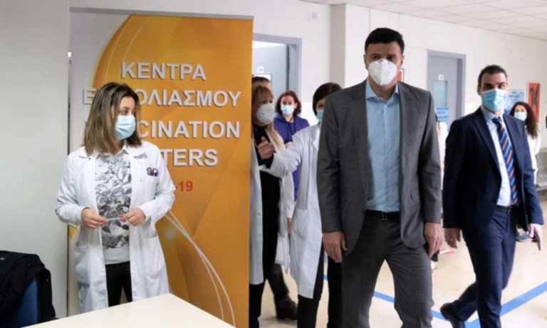 Κικίλιας – Θεμιστοκλέους σε κέντρα εμβολιασμού: «Οι πολίτες εμβολιάζονται χωρίς ταλαιπωρία»