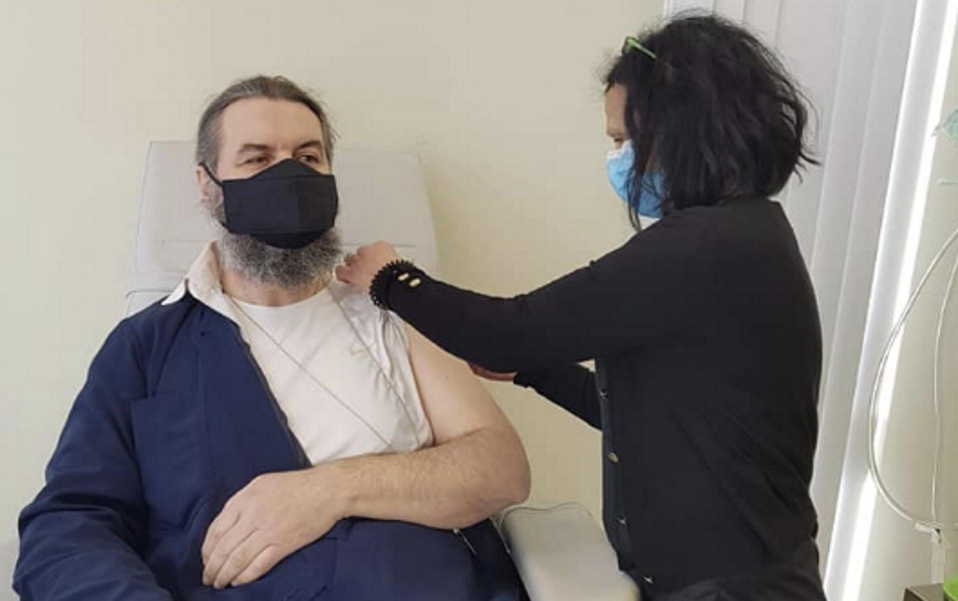 Εμβολιάστηκε στην Πτολεμαΐδα ο π. Αθανάσιος Καμπούρης στέλνοντας μήνυμα – «Επιτέλους ανοσία στην ανοησία» (video)