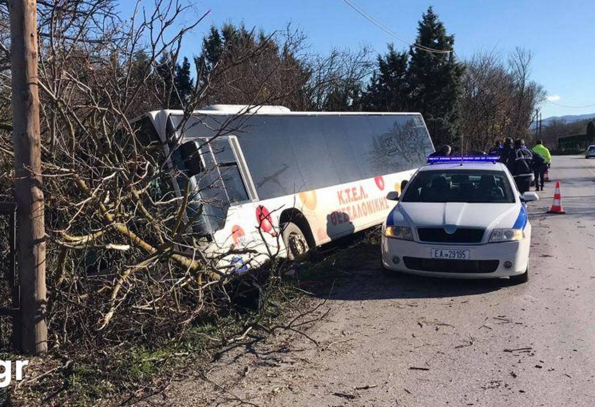 Λεωφορείο βγήκε εκτός δρόμου έξω από τη Θεσσαλονίκη (video)