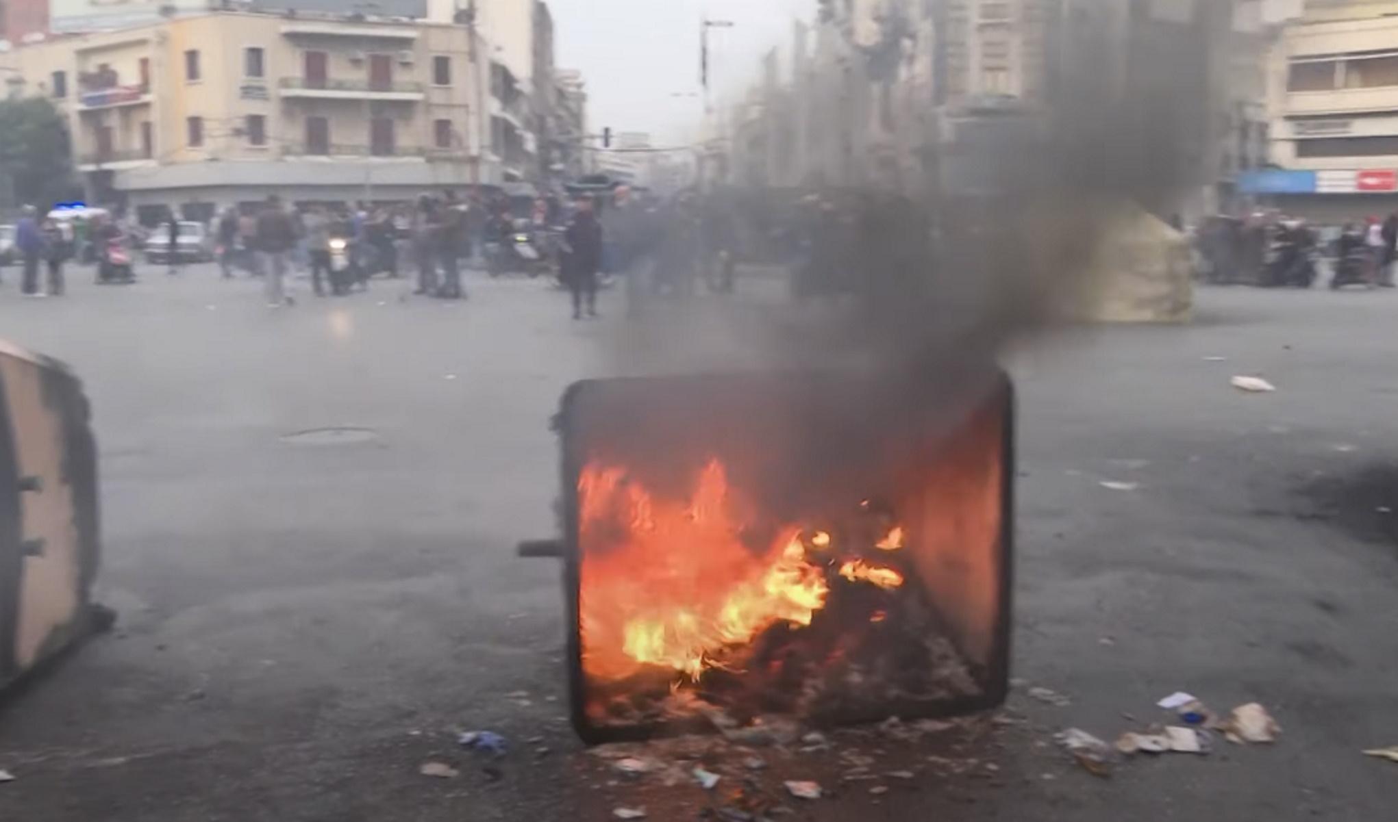 Λίβανος: Οργισμένα πλήθη έξω από σπίτια πολιτικών – Φωτιές, μολότοφ και καπνοί